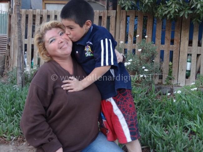 Beatriz Vargas junto a al menor de sus 4 hijos Brandon