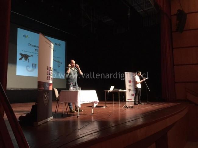 Doctor Bruno Grossi siendo presentado en Centro Cultural Atacama
